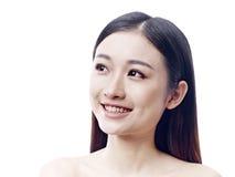 Verticale d'une femme asiatique heureuse images libres de droits