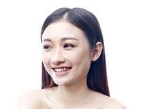 Verticale d'une femme asiatique heureuse photo stock