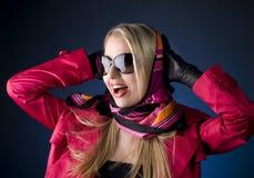 Verticale d'une femme attirante dans des lunettes de soleil. Photos stock