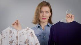 Verticale d'une femme attirante La fille est à la maison, et est engagée d'habillement et de mode clips vidéos