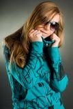 Verticale d'une femme avec des lunettes de soleil Images stock