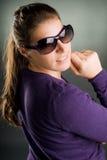 Verticale d'une femme avec des lunettes de soleil Photographie stock libre de droits