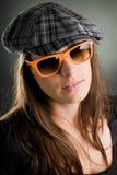 Verticale d'une femme avec des lunettes de soleil Photographie stock
