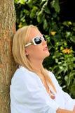 Verticale d'une femme avec des lunettes de soleil image libre de droits