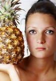 Verticale d'une femme avec l'ananas Images libres de droits