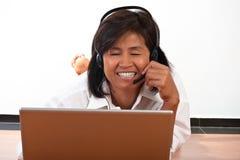 Verticale d'une femme avec un écouteur Image stock