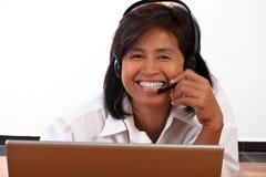 Verticale d'une femme avec un écouteur Photo stock