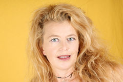 Verticale d'une femme blonde photographie stock