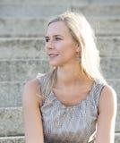 Verticale d'une femme blonde photo libre de droits