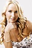 Verticale d'une femme blonde attirante Photographie stock libre de droits