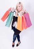 Verticale d'une femme blonde avec des sacs à provisions Image stock
