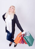 Verticale d'une femme blonde avec des sacs à provisions Image libre de droits