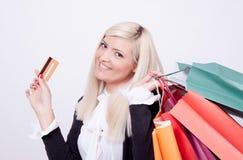 Verticale d'une femme blonde avec des sacs à provisions Photos stock
