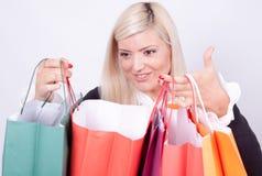 Verticale d'une femme blonde avec des sacs à provisions Photos libres de droits