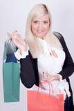 Verticale d'une femme blonde avec des sacs à provisions Photo stock