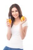 Verticale d'une femme buvant du jus d'orange Jus d'orange en verre Photos libres de droits