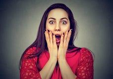 Verticale d'une femme choquée Image stock