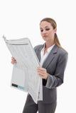 Verticale d'une femme d'affaires affichant les nouvelles Photo stock