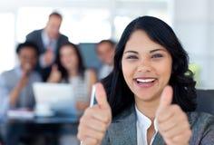 Verticale d'une femme d'affaires avec des pouces vers le haut photos libres de droits