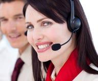 Verticale d'une femme d'affaires avec l'écouteur en fonction Photo libre de droits