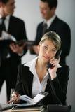 Verticale d'une femme d'affaires dans le bureau photographie stock