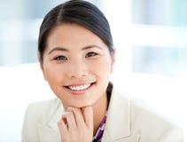 Verticale d'une femme d'affaires positive Images stock
