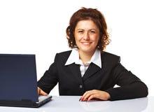 Verticale d'une femme d'affaires travaillant sur un ordinateur portatif Image stock