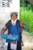 Verticale d'une femme d'Akha Photos stock
