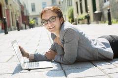 Verticale d'une femme de sourire d'affaires Photographie stock libre de droits