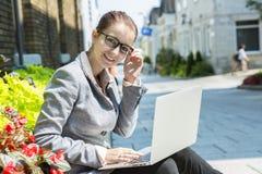 Verticale d'une femme de sourire d'affaires Image stock