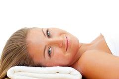 Verticale d'une femme détendant après une demande de règlement de station thermale Photographie stock libre de droits