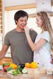 Verticale d'une femme effectuant son fiancé goûtant son repas photo stock