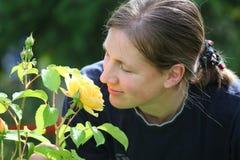 Verticale d'une femme et de ses roses photos libres de droits