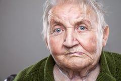 Verticale d'une femme âgée Image libre de droits