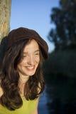 Verticale d'une femme heureuse au coucher du soleil Photos libres de droits