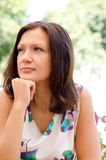 Verticale d'une femme pensive photographie stock libre de droits
