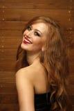 Verticale d'une femme souriant sur le fond en bois Photos libres de droits