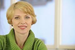 Verticale d'une femme utilisant un chandail vert image stock