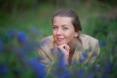 Verticale d'une fille avec des fleurs Photo libre de droits