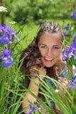 Verticale d'une fille avec le crabot Image libre de droits
