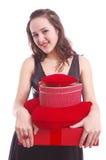 Verticale d'une fille avec les cadres de cadeau rouges photographie stock libre de droits
