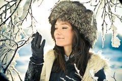Verticale d'une fille avec un branchement dans un chapeau de fourrure Photos stock