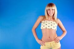 Verticale d'une fille blonde mignonne photos libres de droits