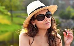 Verticale d'une fille d'une manière éblouissante sexy avec le chapeau de plage Photographie stock libre de droits