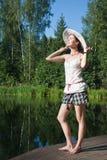 Verticale d'une fille dans un chapeau images libres de droits