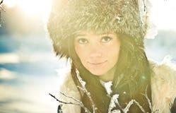 Verticale d'une fille dans un chapeau de fourrure dans contre éclairé Photographie stock libre de droits