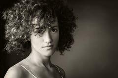 Verticale d'une fille dans un studio Photos libres de droits