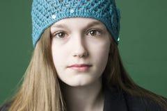 Verticale d'une fille de l'adolescence de brunette images libres de droits