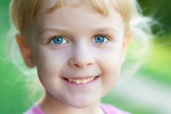 Verticale d'une fille de sourire Photo stock