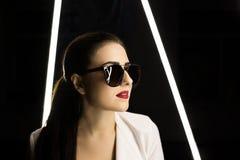 Verticale d'une fille en glaces studio Passion Languettes rouges Photographie stock libre de droits
